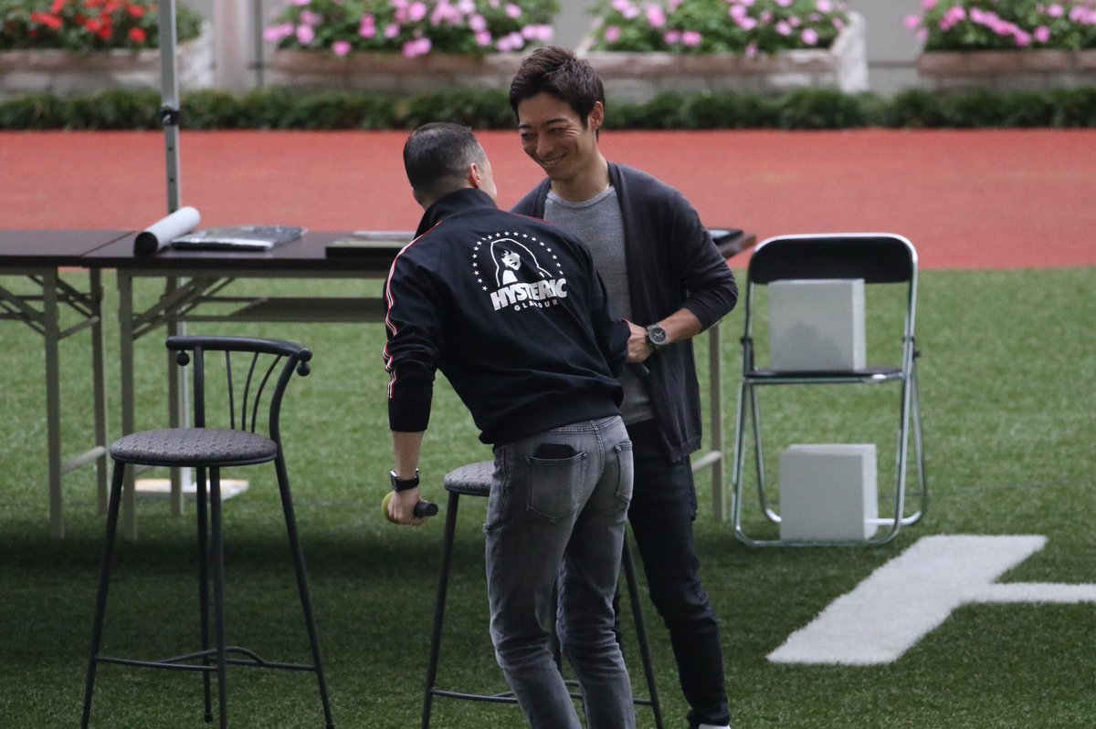 ジョッキーフェスティバルに先駆けて行われた神戸新聞杯レース回顧。  参加したのは ルメール騎手、武豊騎手、川田将雅騎手の3名。  2人に握手を求めるルメールと笑顔で応える2人笑 ジョッキー目線で面白い回顧でした。