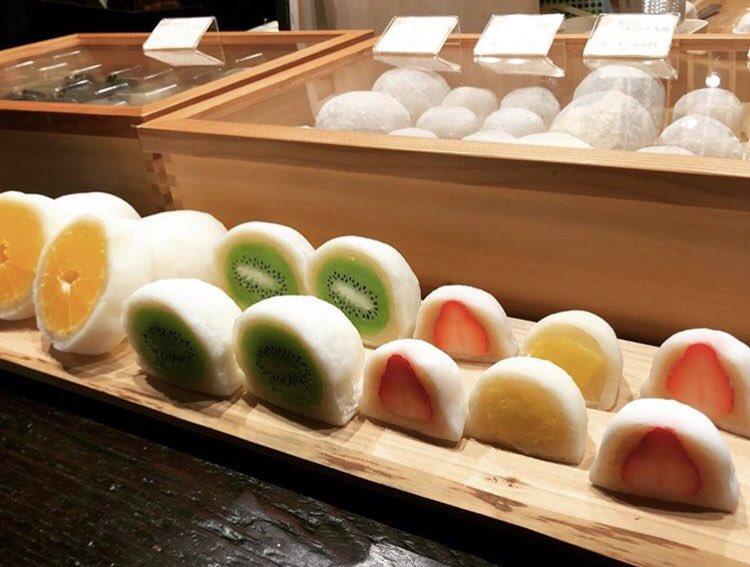 石川県金沢の東茶屋街にあるお店「菓舗 カズナカシマ」の、ジューシーな季節のフルーツが丸々入った、見た目も美しい和菓子「フルーツ大福」✨