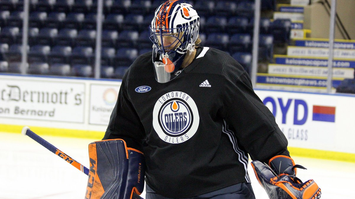 Mike Smith – complete with a slick new mask – participating in this mornings #Oilers practice in Kelowna.