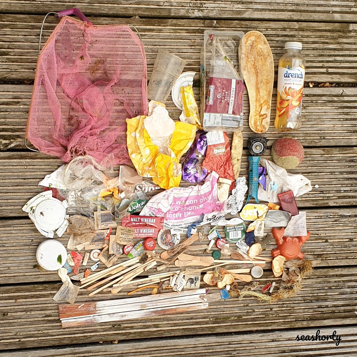 The rain finally stopped and I headed for the beach! Another 142 pieces today. Slowly changing to more marine litter, although still a lot of dropped items #waronplastic #litter #2minutebeachclean #LitterFreeCoast #saynotosingleuse #plasticpollution #Dorset #Mudeford <br>http://pic.twitter.com/ZzwlvGVgIu