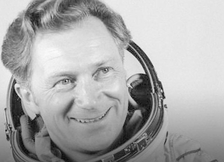 Ein Held meiner Kindheit. Wer wollte nicht Kosmonautin werden? Ruhe in Frieden lieber #SigmundJaehn ❤️ https://t.co/zPJBRYm2On
