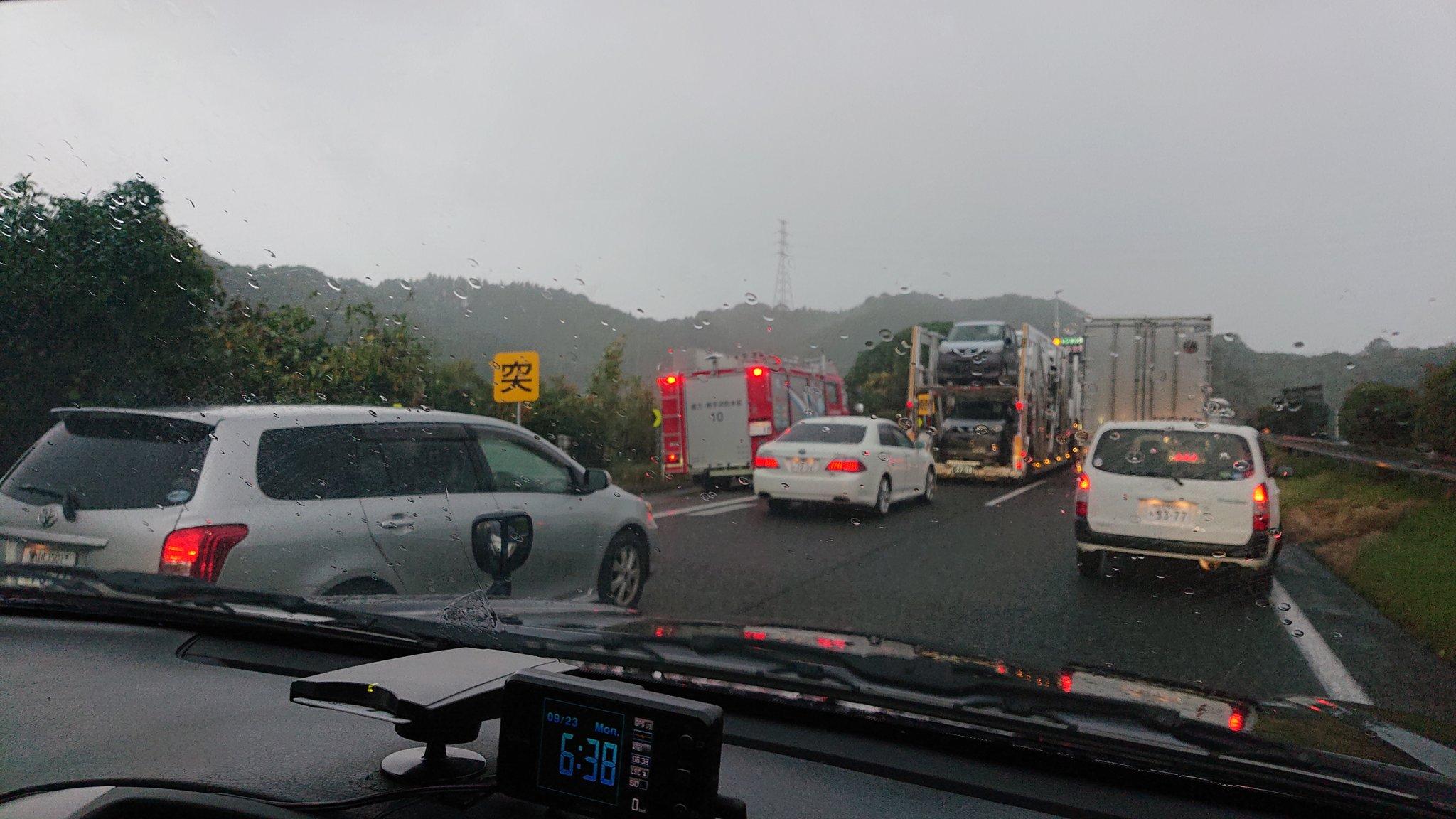 画像,大きな事故かも😱事故渋滞の時は路肩側を開けて駐車しましょう‼️レスキュー車が現場迄入れなくて消防隊員大変そう😭 https://t.co/IByL0dUfIJ…