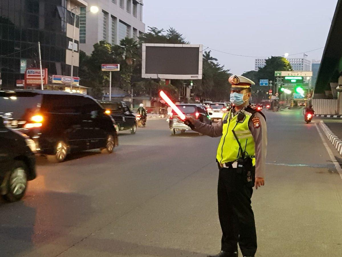 05.40 Akp Uwin dan personil Jakbar melaskanak pengaturan lalin di Traffic Light Slipi Jakbar terpantau arus lalin relatif ramai lancar