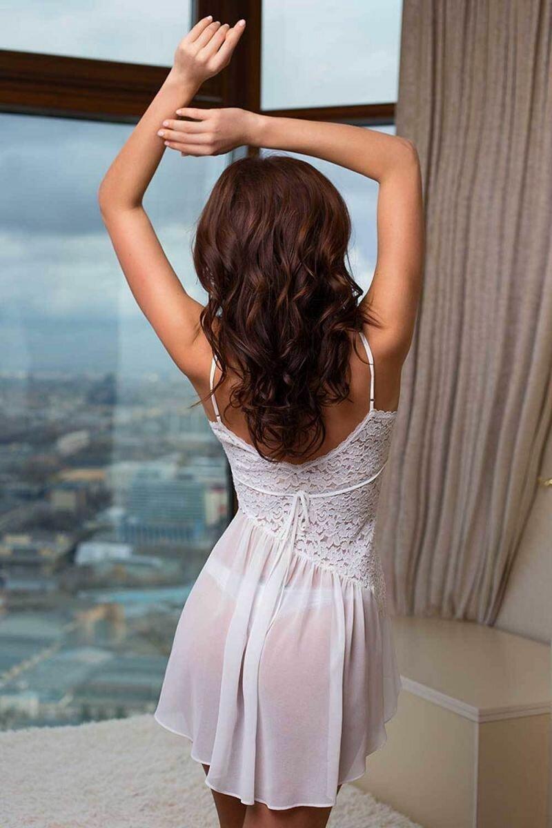 Девушки в платье спиной