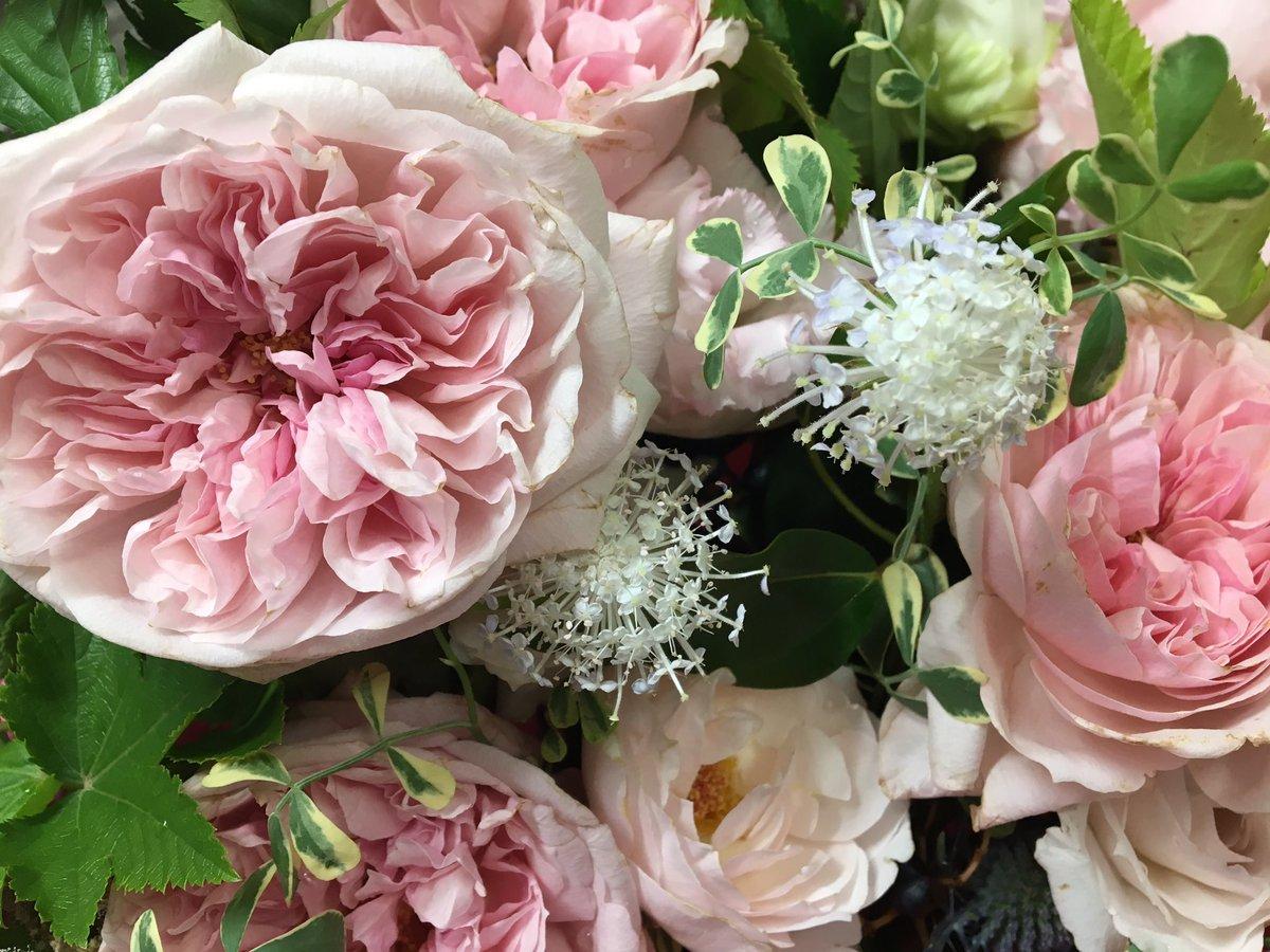 お花がたくさんあるので、少し分けてもらってお墓まいりに行って来ました?結婚式が無事に済んだこと、心にしみるいい披露宴だったこと、家族の近況などを報告。「良かったねぇ」って言ってくれる母の笑顔が見えました。