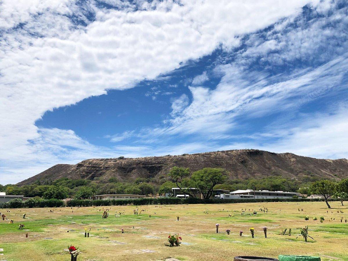 久しぶりに、大好きな人のお墓参りへ。ダイヤモンドヘッドも見渡せるハワイのお墓は、開放的でとてもきれいです。空も雲も優しい日曜日でした。