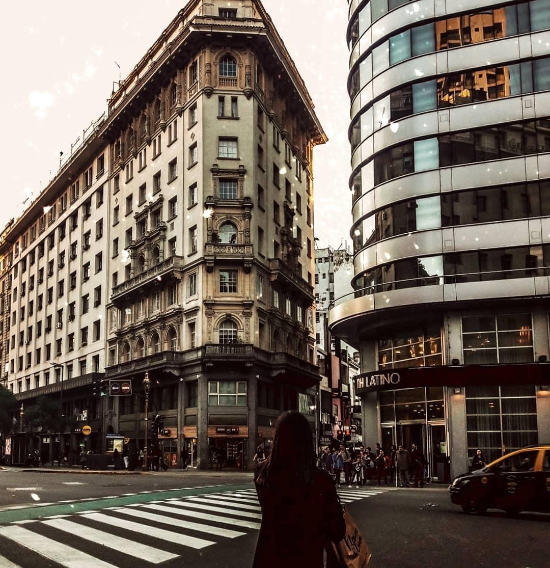 """""""Nuestras vidas realmente no nos pertenecen, pertenecen al mundo, y a pesar de nuestros esfuerzos por darle un sentido a éste, el mundo es un lugar que va más allá de nuestro entendimiento"""" . . . #frases #city #MondayMotivation #urbex #street #Argentina #BuenosAires #photography"""