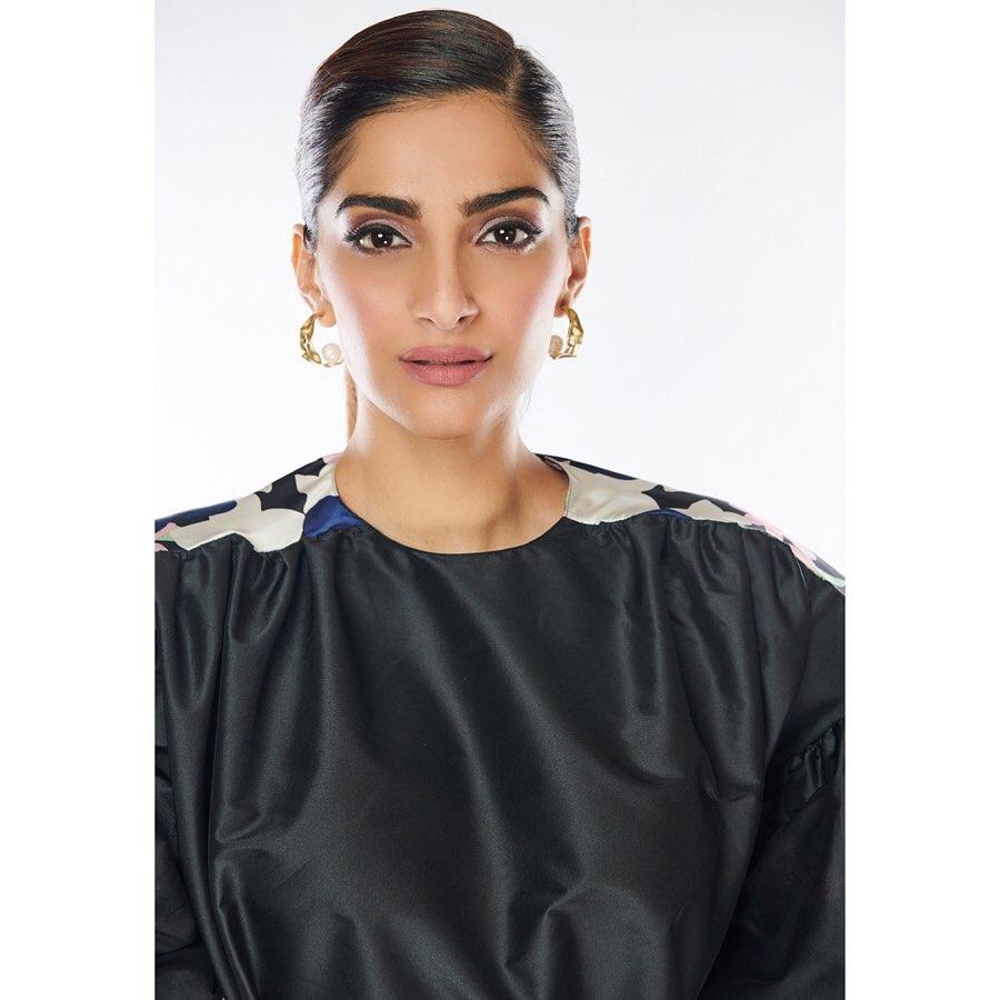 Floral obsession 💐  Look @RoksandaIlincic   Earrings #tanzireco  Ring #blackballoonjewellery Hair & makeup @soninamrata   Style @RheaKapoor   Team #manishamelwani #sanyakapoor #vani2790 #malavikachauhan  Photographs #kunalgupta91
