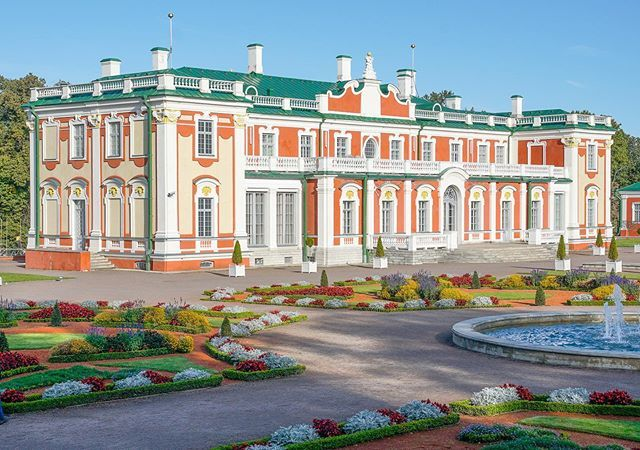 The Estonian presidential palace was built back in the early 18th century and still reflects the charm of that era with it's colourful gardens. The blue sky certainly helped to make a great morning photo. . . . #kadriorgpark #kadriorgpalace #estonianpres… ift.tt/2l2AXRl