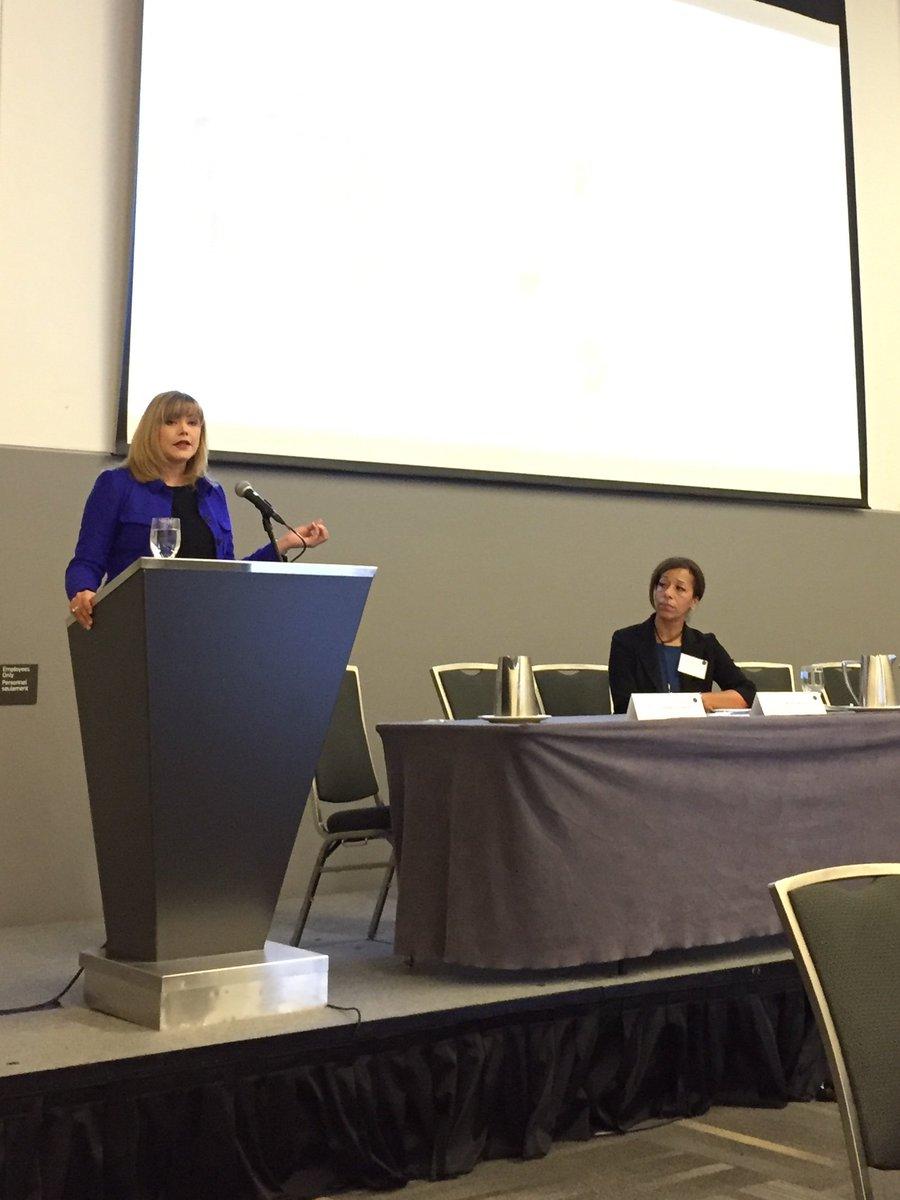 Nancy Chase et Maria McKay de @KPMG présentent maintenant sur les pratiques exemplaires de la #gouvernance à l'#aaCMC. Contenu de grande qualité! #EdMed #meilleurespratiques #Assembléeannuelle #Ottawa https://t.co/R2cfYdw7tu