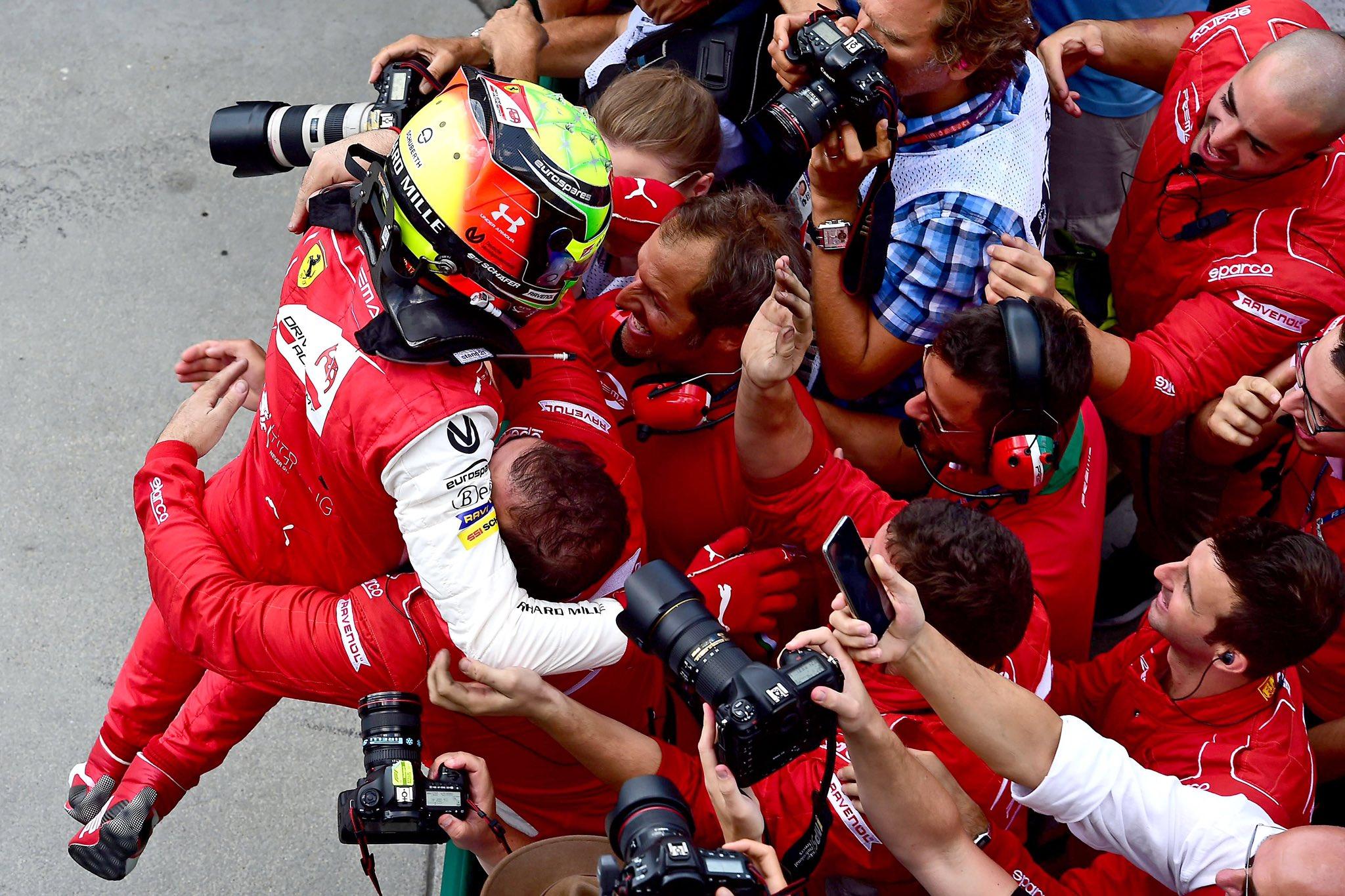 Mick celebrando con su equipo