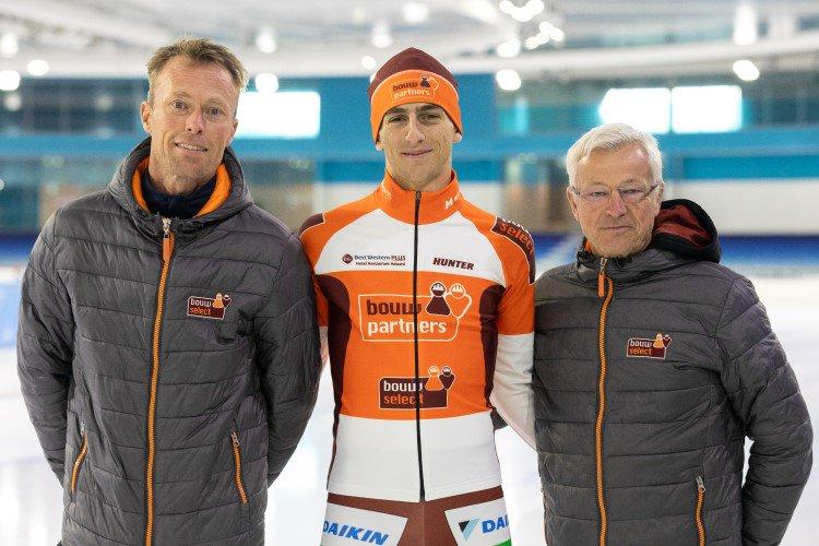 Ploegleiders Piet Hijlkema en Bertjan van der Veen flankeren aanwinst Gabriele Galli.