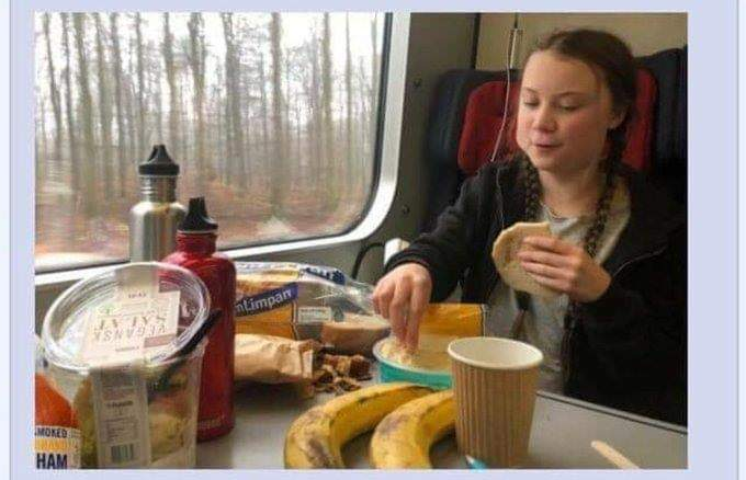 Грета Тунберг ест из пластиковой тары