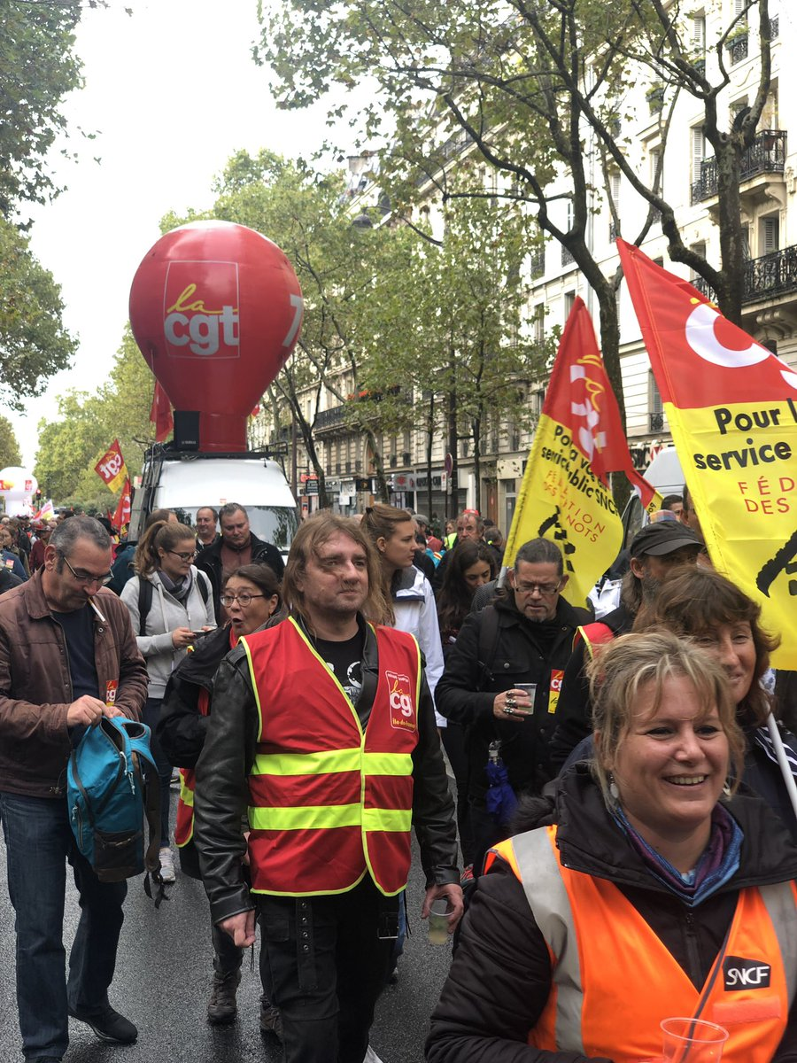 Coming back from taking my mom to visit Giverny & we stumbled into this massive march led by @CGT & other French unions against @EmmanuelMacron & his plan to cut retirement benefits. Mother-son solidarity ensued. #greve24septembre #ReformeRetraites <br>http://pic.twitter.com/B355BAoavs
