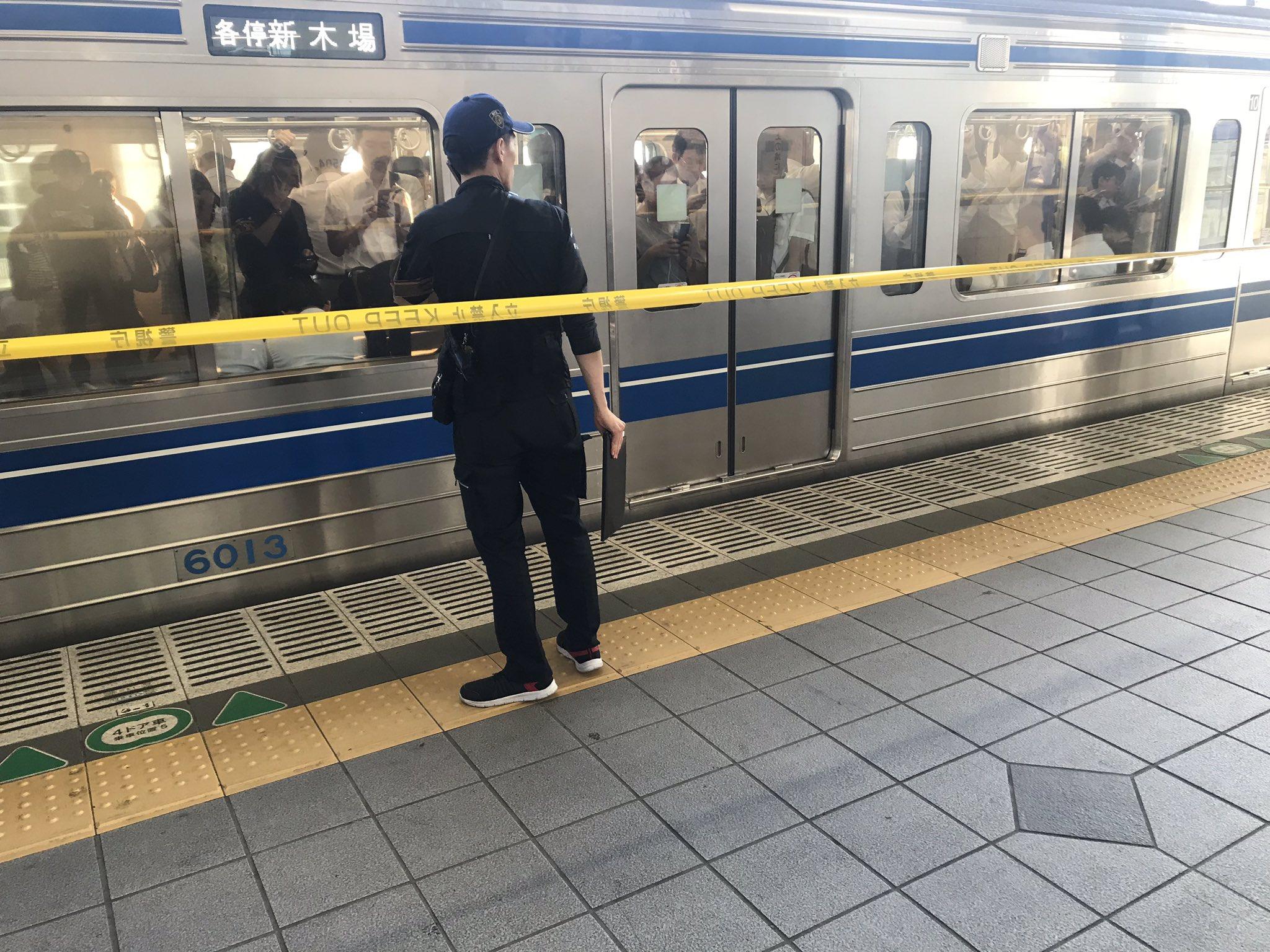 練馬駅の人身事故で警察官が現場検証している画像