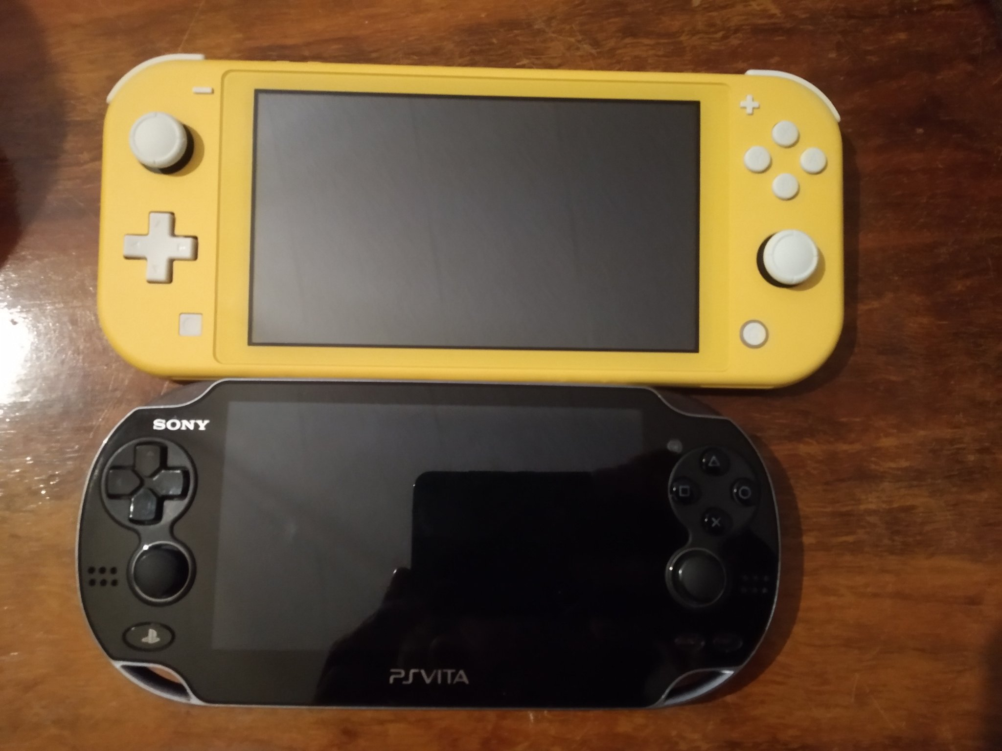 """Sos Sosowski auf Twitter: """"Just got a Switch Lite. Here's a size comparison  to PS Vita. It doesn't look much bigger but it feels much bigger when  holding it. It weights about"""