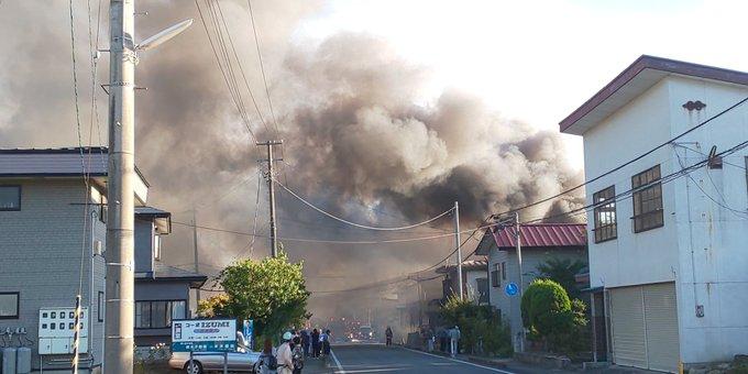 南陽市宮内で大規模火災が起き煙が充満している現場の画像