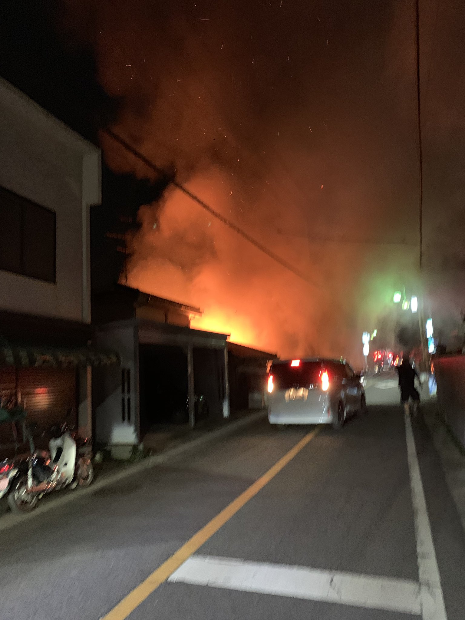 入間市で住宅が燃えている火災現場の画像