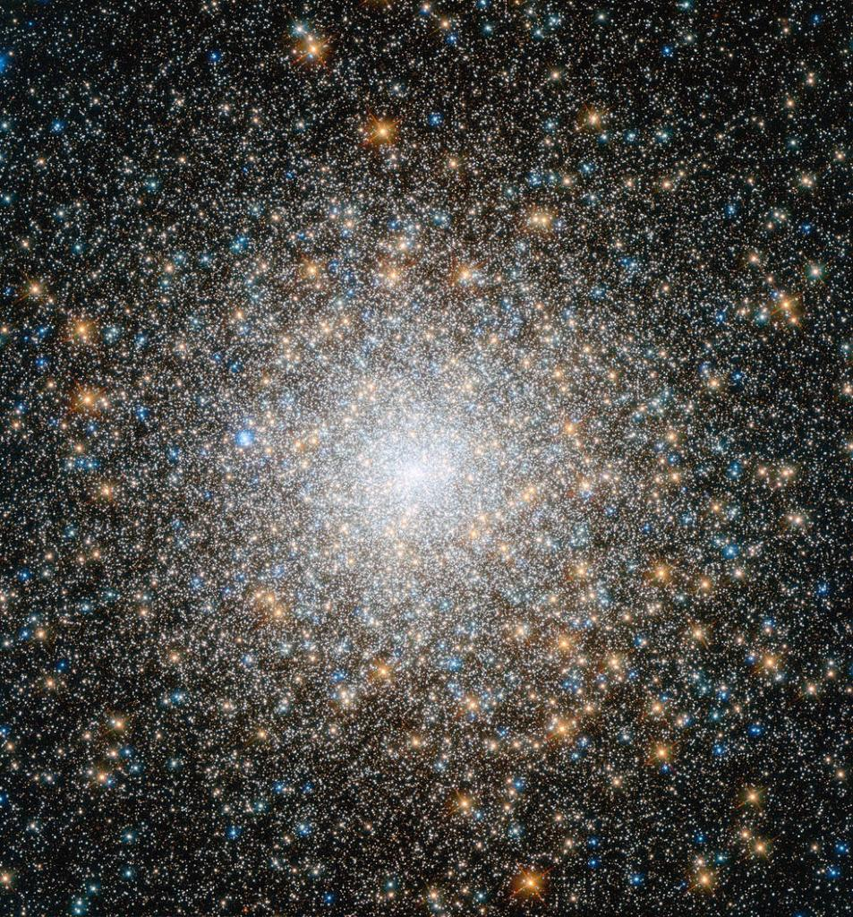 A black hole lurks in the center of this #HubbleClassic image of globular cluster M15. ⚫ But it isn't just any black hole — its an especially interesting type, with a mass between supermassive and stellar-mass black holes. go.nasa.gov/2lZsuic #blackholeweek