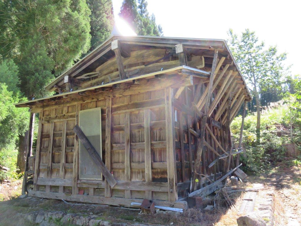 集落内には飛騨地方でよく見られる様式の家屋が立つ。屋内で家畜を飼っていたこともあり、家屋は非常に大きい。屋根は茅葺きではなく板張りだ。注目すべきは画像の板倉で、幻の集落である有峰集落から移築したものなのだ。車道のない時代に人力で運搬したというから驚かざるを得ない。