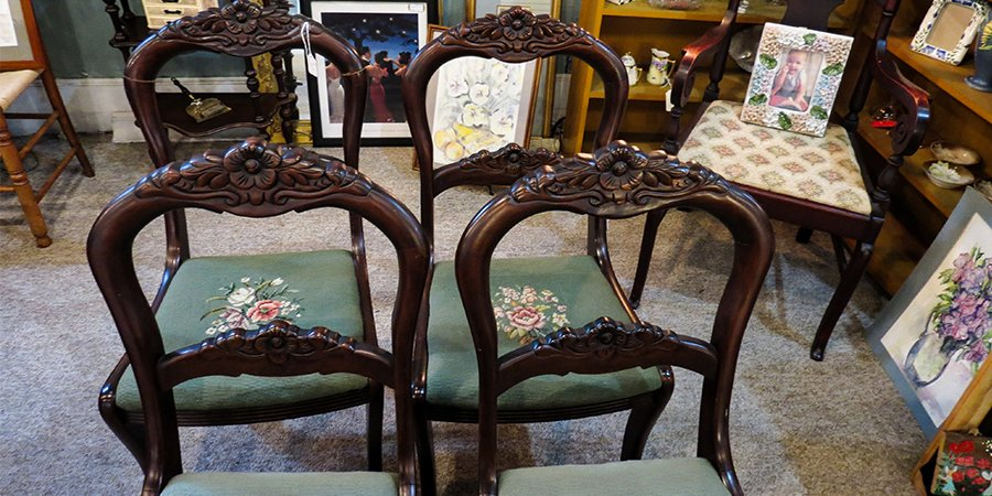 Are you looking for some new dining room chairs? These four vintage chairs would make a fine addition.  #diningchairs #vintagechairs #tablechairspic.twitter.com/zsL4qQPCcA