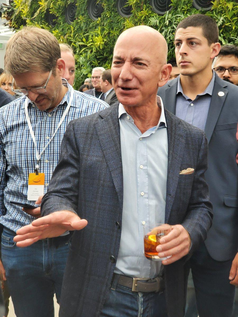 Y para cerrar con broche de oro este evento, tuvimos la oportunidad de compartir con el director ejecutivo de #amazon @JeffBezos #AmazonEvent