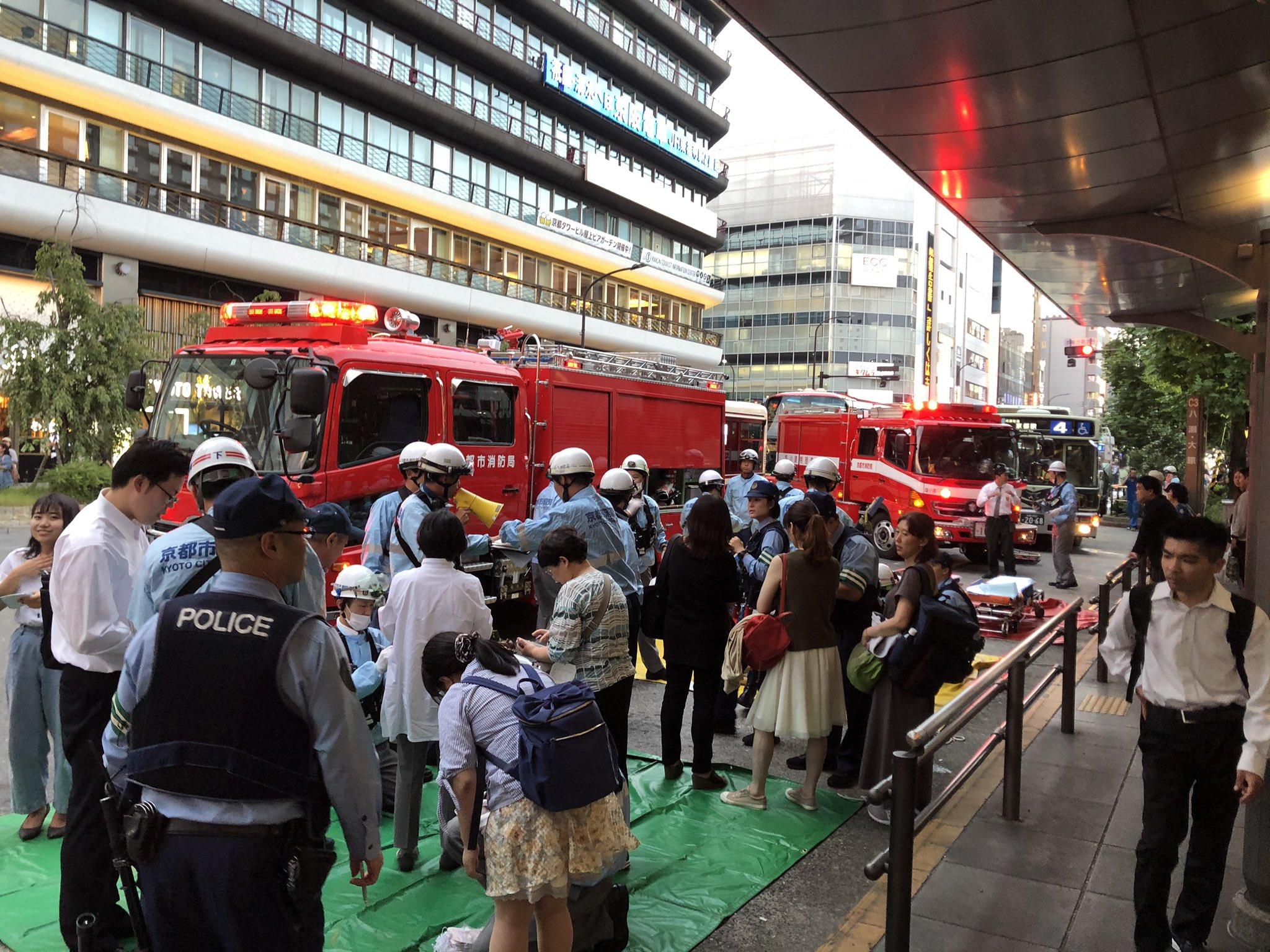 京都駅の4系統バスの交通事故でけが人の確認をしている現場の画像