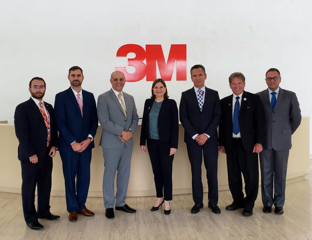 La embajadora @Martha_Barcena visitó las oficinas corporativas de @3M a fin de conocer sus planes de innovación, investigación y expansión en #México. Actualmente, @3Mmexico emplea a 10 mil personas.