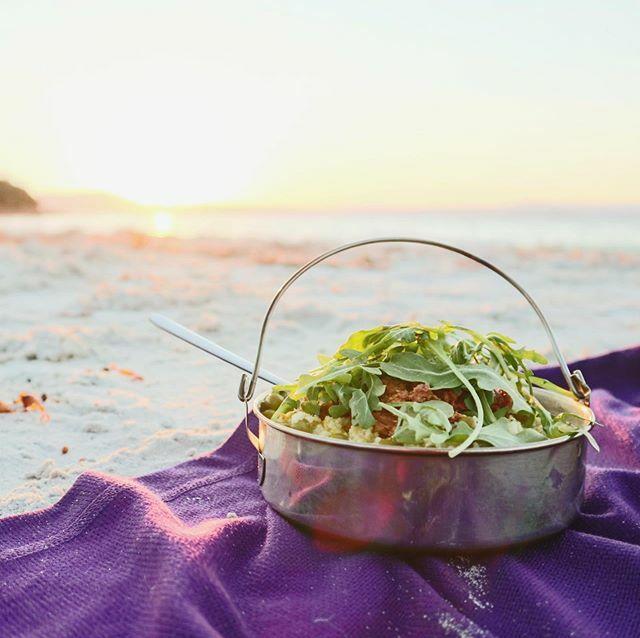 Petit souper à la plage pour clore l'aventure Maria Island  (je suis solide impressionnée par la camp kitchen à laquelle on a accès pour 7$ la nuit!) @tasmania #discovertasmania #ausqc https://ift.tt/2MfEzcBpic.twitter.com/cST2nq2U83