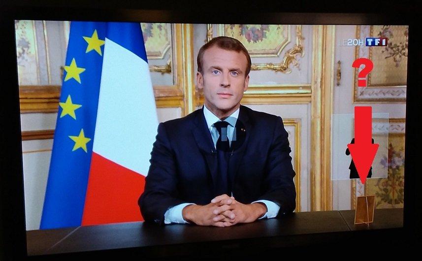 Alors que javais du mal à me concentrer sur le monologue du Président Macron en hommage à Jacques Chirac .. Tout à coup un petit détail sur lécran est venu attirer mon attention 👀 Cest quoi ce cadre : - Une photo de Brigitte ? - Un miroir de courtoisie ? - Le menu du dîner ?