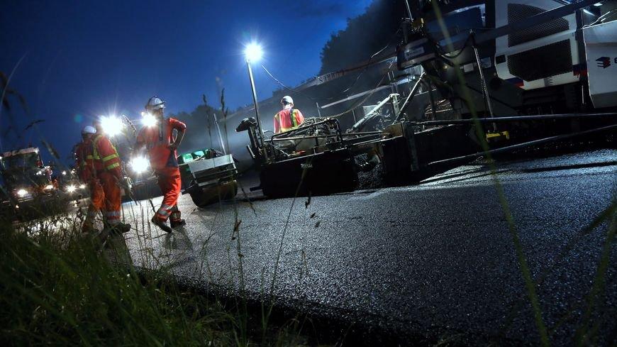 Pour limiter limpact sur le trafic le jour, nous réalisons des #Travaux de nuit. Des hommes, des travaux, soyez vigilants 👷♂️👷♀️.♻️ #A8 #ConseilSecurite @VINCIAutoroutes Ecoutez 📻@Radio1077