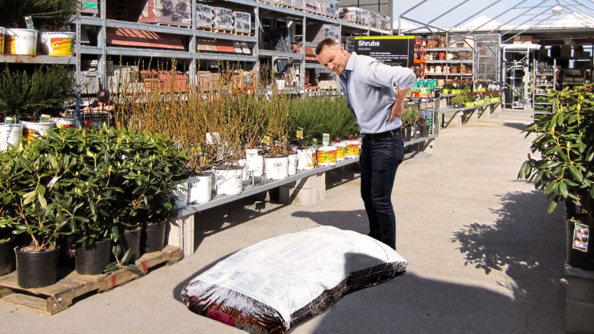 Home Depot Introduces New 100-Pound Bag Of Mulch For Fucking Up Back In Garden Section trib.al/LG6WynX