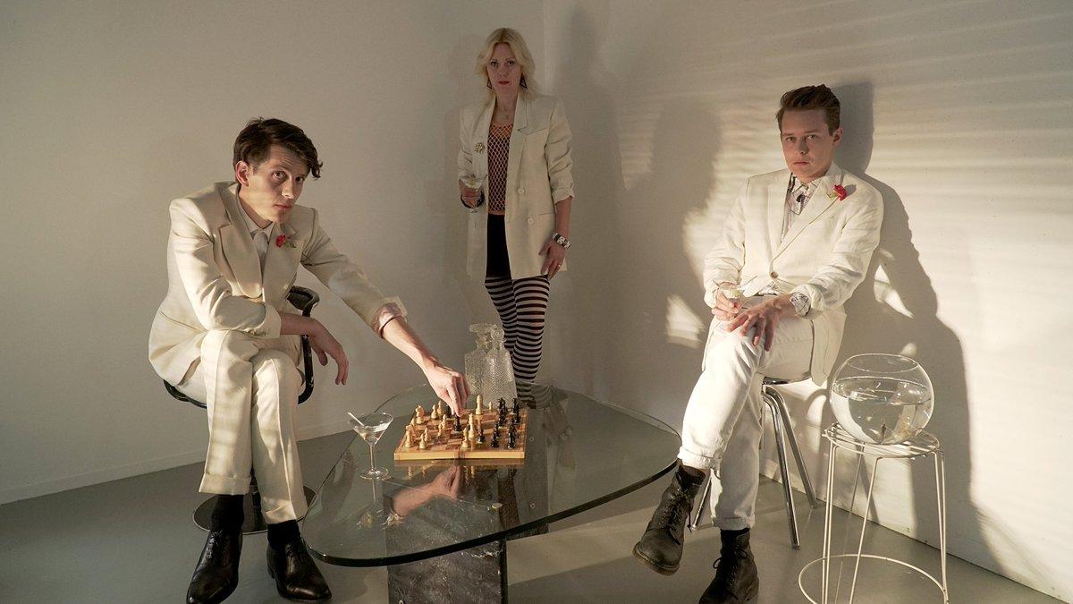 Stilla Havet släpper i dag sitt andra album Brinnande Horisont. Ett album som är ett kondensat av deras liv i kombination med en stor dos 80-tals dramatik och ett beundransvärt syntharbete. Läs vår intervju med bandet här! popmani.se/stilla-havet-v…