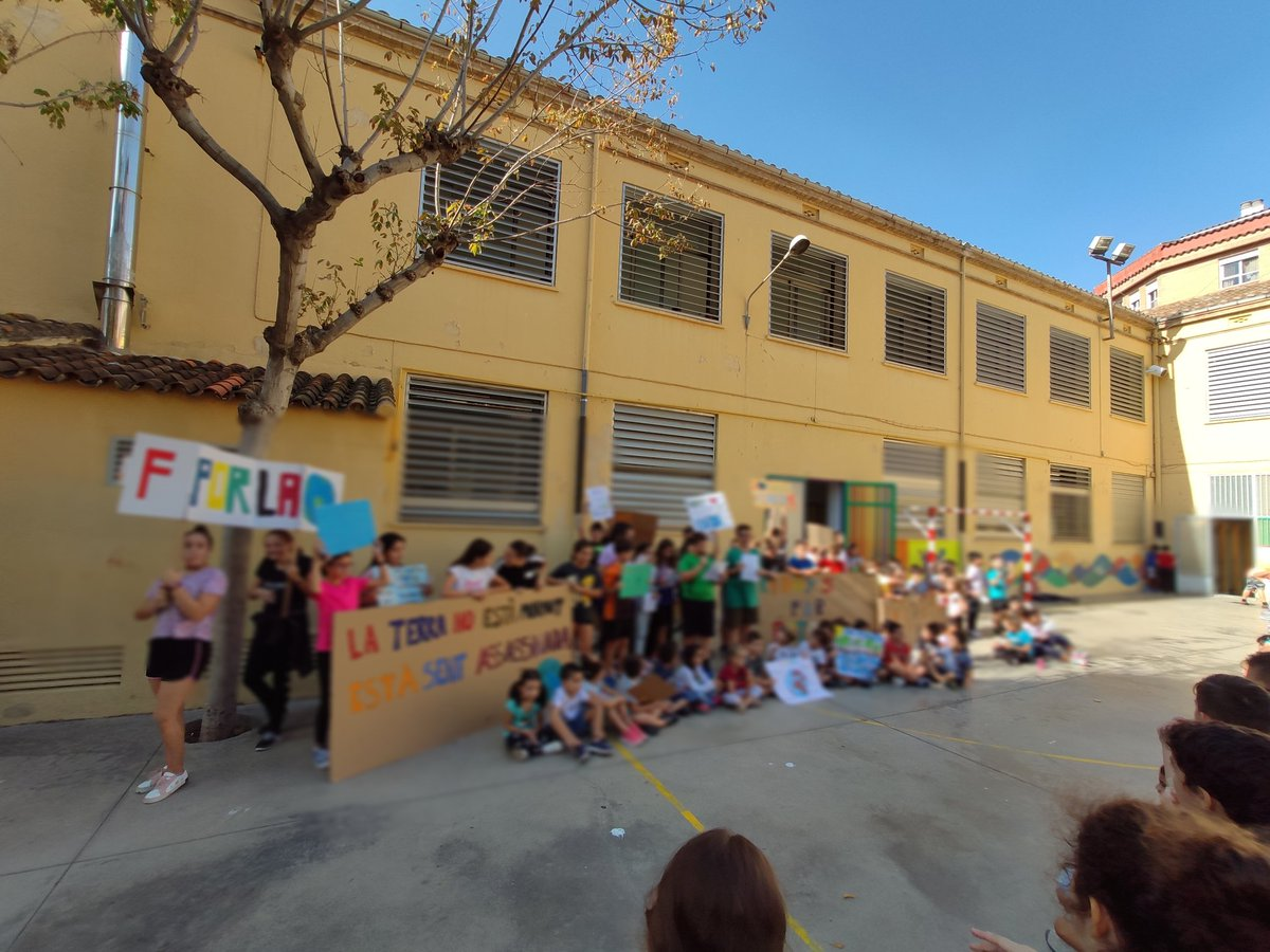 Concentració al pati del CEIP Cervantes de Castelló de la Plana amb motiu de la vaga pel Clima. #FridaysForFuture #Vagapelclima #ClimateStrike @FFFCastello @future_spain
