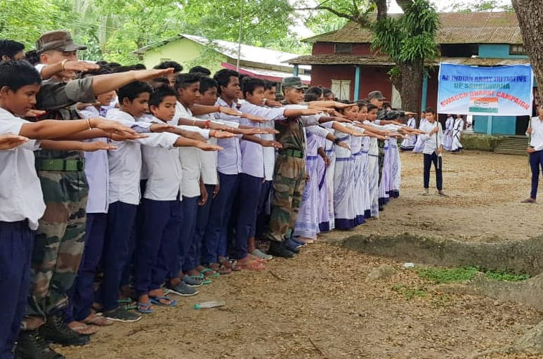 #Developingideas #SaveNature #IndianArmy under #SwachhBharatAbhiyan org a Cleanliness Drive in collaboration with Kumarikata Higher Secondary School, Assam on 26 Sep. 120 students took part in this event for the cause of conservation of nature @adgpi @SpokespersonMoDpic.twitter.com/qE3YlX57OL