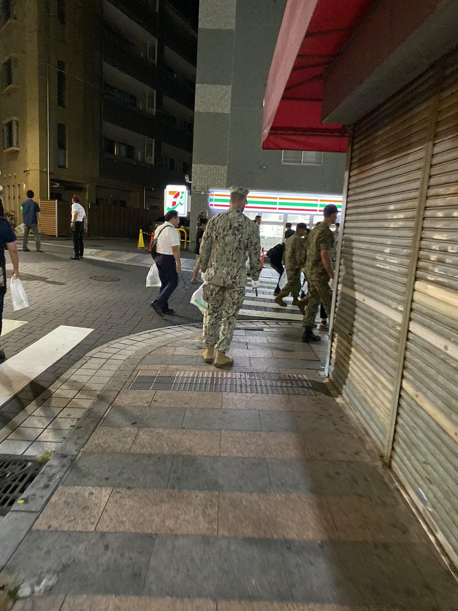 横須賀歩いてたらアメリカ軍がゴミ拾いしてた!こういうのってマスコミは報道しないだろうからSNSを通じてみんなが知るべきだと思う