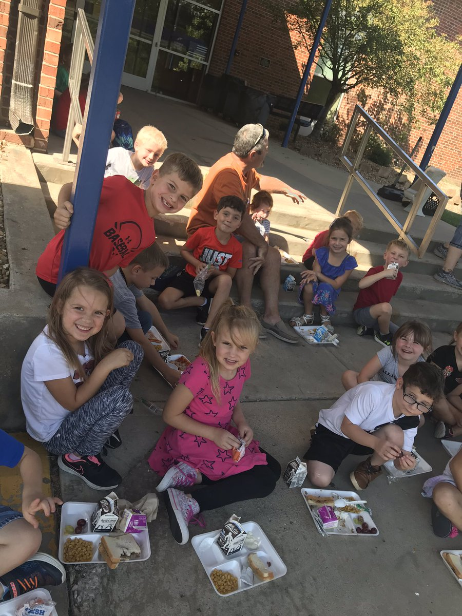 1st Grade PBS goal party this month was Picnic With The Principals! We survived the foam trays and the wind! @ClintonMoCards https://t.co/hBQBbbSzjo