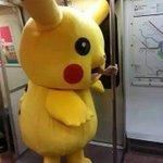 子供は見ちゃダメ!?電車で口から手を出して手すりに摑まるピカチュウ!