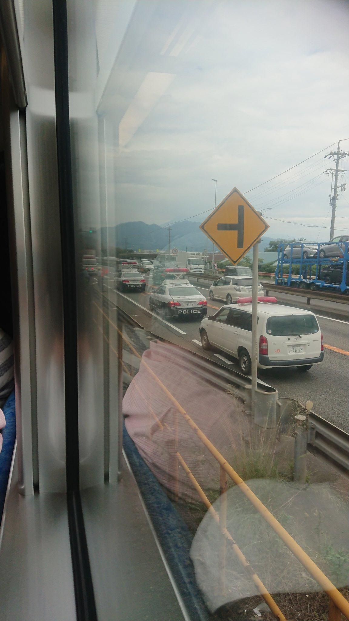 東海道線の人身事故で緊急車両が集結している現場の画像