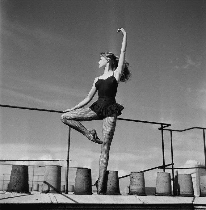 Brigitte Bardot danse sur un toit à Paris    1952 Happy Birthday BB!