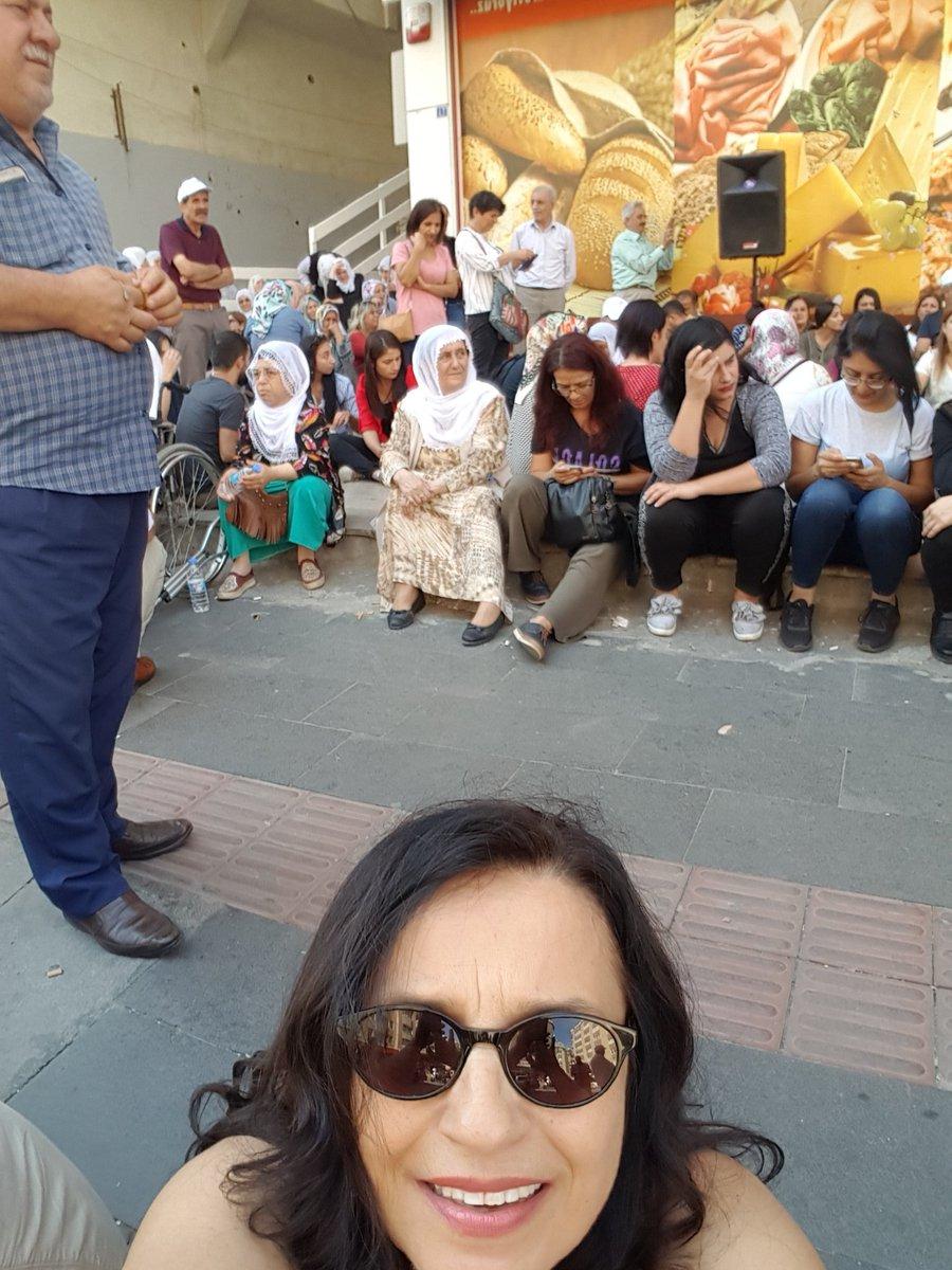 Diyarbakır-Lise Caddesinde yönetme hakları iktidarca gaspedilen HDPli dostlarımızlayız...