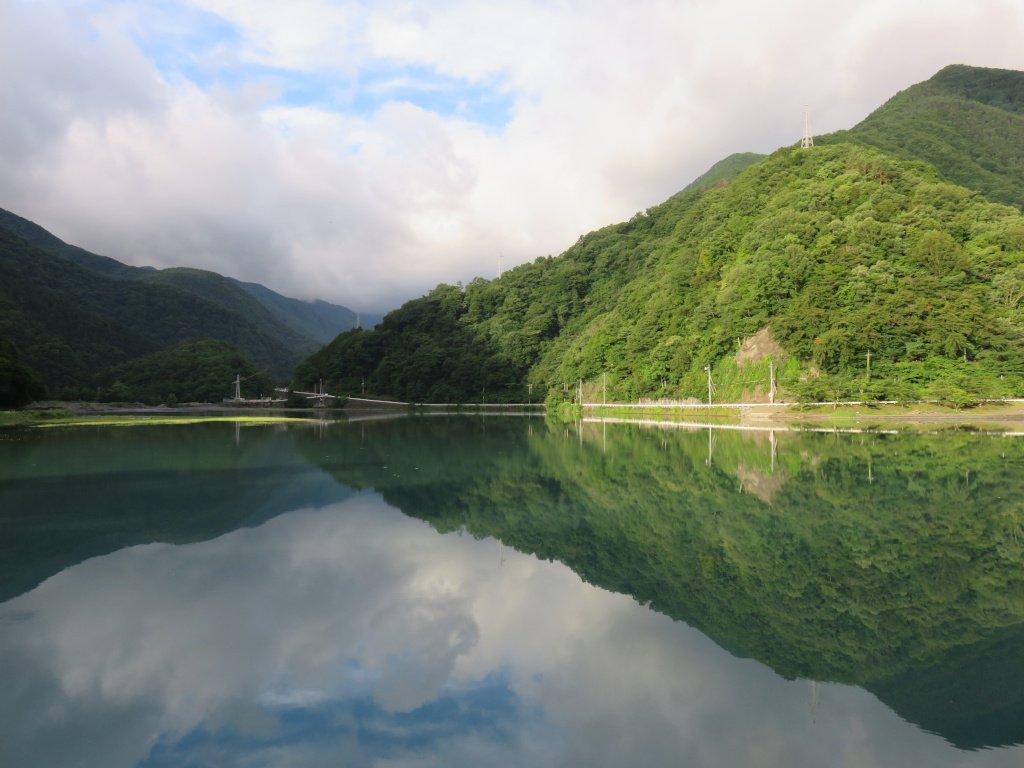 最近、何かと話題になっている山梨県の雨畑ダム湖。満面の水を湛え美しい表情を見せるが、その湖面の下に隠された秘密。