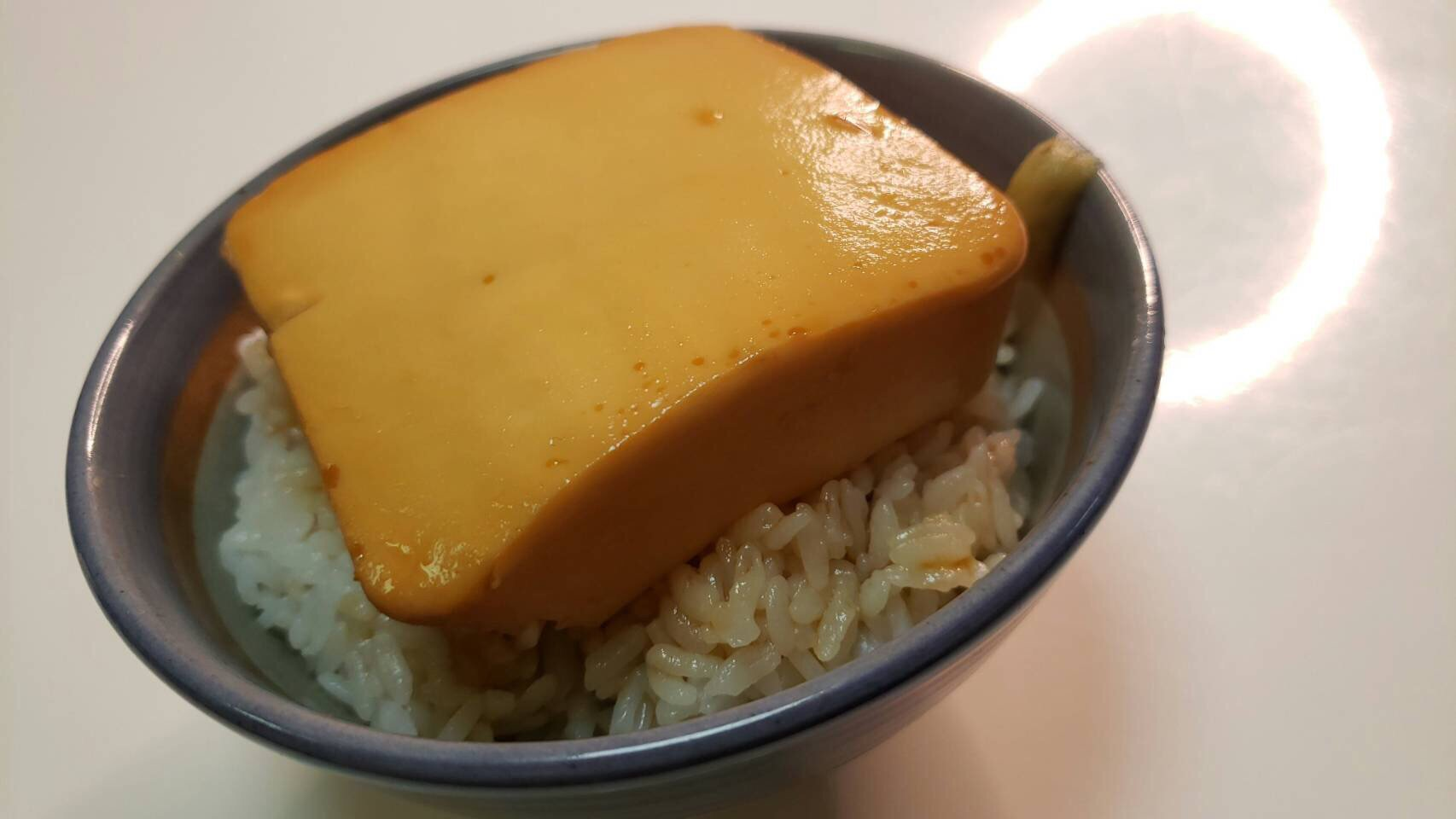 ライオンからのレシピ開発で最強のズボラ飯が爆誕してしまった…火も包丁も不要 「即席とうめし」 リードクッキングペーパーに絹豆腐150gを包み、めんつゆ大3半、水大1を混ぜたものをかけ、600w5分チンし取り出し5分ほどあら熱をとる ご飯にのせ残ったタレをかけ、わさびを添え完成! #PR