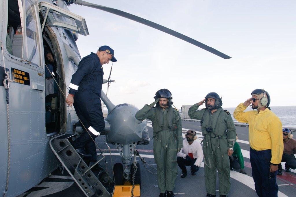 Новый министр обороны Индии на борту авианосца Vikramaditya Vikramaditya, министр, обороны, Индии, посетил, авианосец, районов, боевые, задачи, одном, морских, Оригинал, вдоль, западного, Vikramaditya, побережья, полуострова, выполняет, ударная, главе