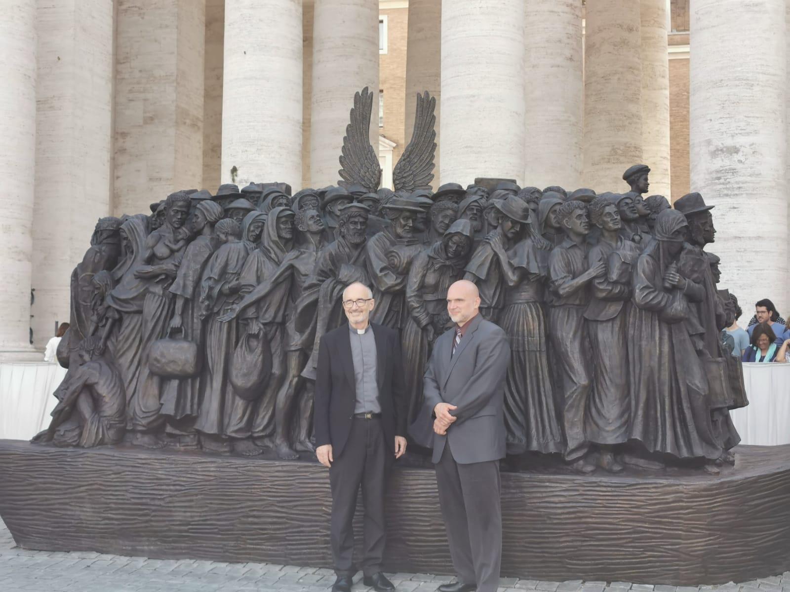 El cardenal Czerny y el autor de la escultura de la plaza de San Pedro