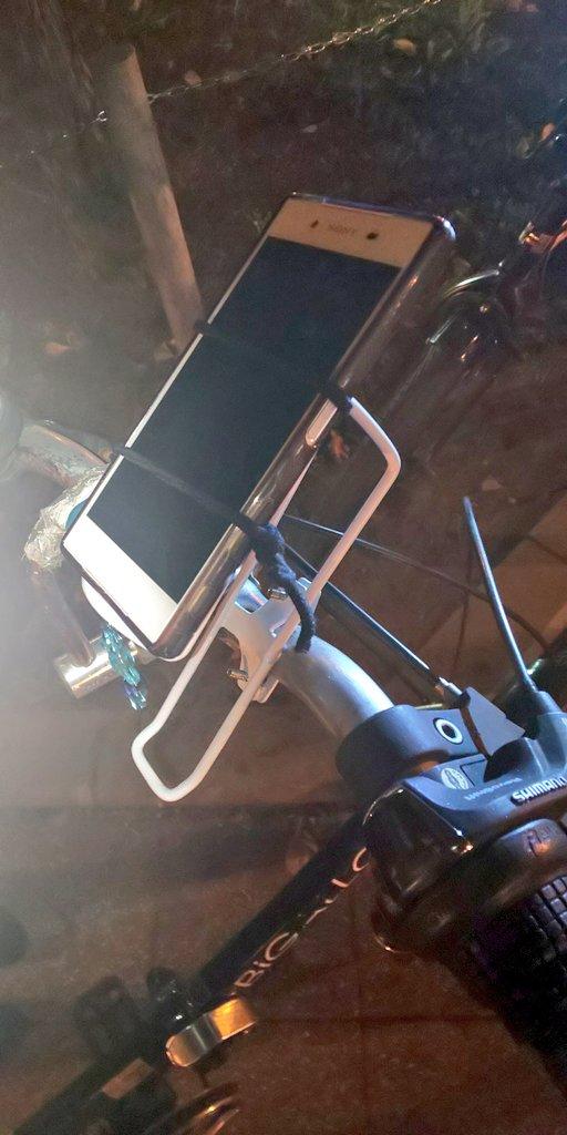 test ツイッターメディア - お客さんに ドラクエウォークで自転車用 スマホホルダー無いから  簡単に自作したw 我ながら上手く出来た😆🍀  DAISOドリンクホルダー逆に付けて 二つのヘアゴム切ったのを小さい 輪っこに結び直して  留めるだけ❗️ね⁉️ 簡単でしょ?w200円w  #ドラクエウォーク #ドラゴンクエストウォーク  #DAISO https://t.co/9VU8f3qeHV