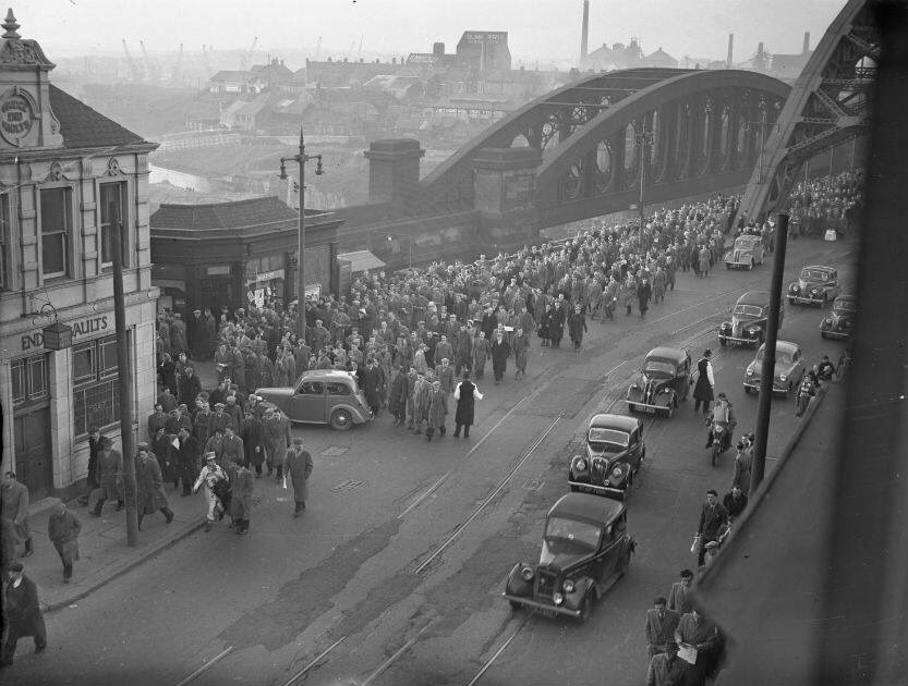 Do you remember when football fans wore shirts, ties and hats? Here's the Roker Park massive streaming across #Wearmouth Bridge in 1955.... #Sunderland