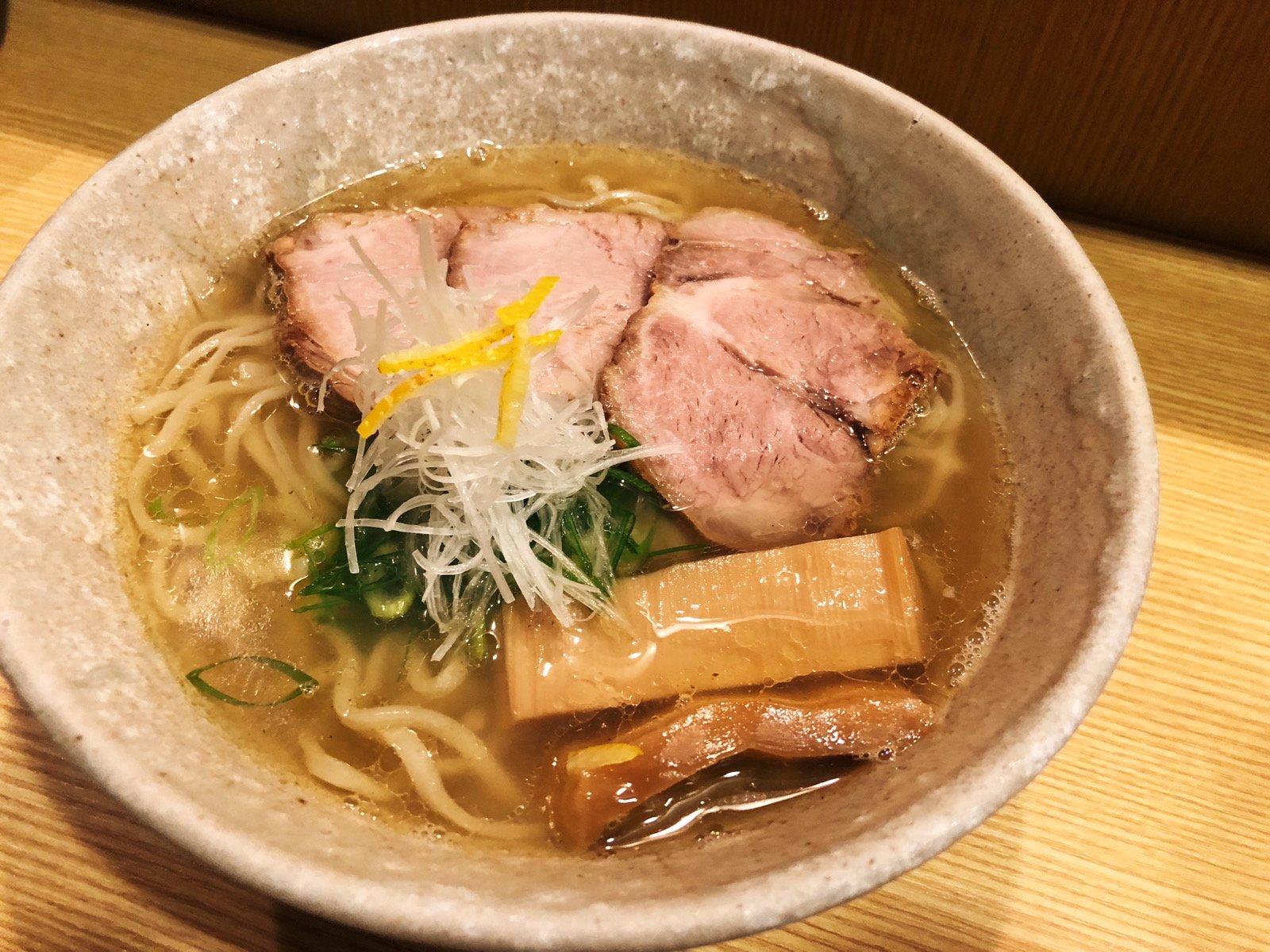 【山崎麺二郎】 @京都:円町駅から徒歩4分 輝くスープが印象的な塩らーめんを食べられるお店。 透き通る様な塩スープは程よいコッテリ感があり、旨味が詰まっています!平打ち太麺を使用しており、ツルツルもちもち食感が最高✨ きざみ柚子と一緒に頂けば塩スープの旨味をより引き立ててくれます🎶