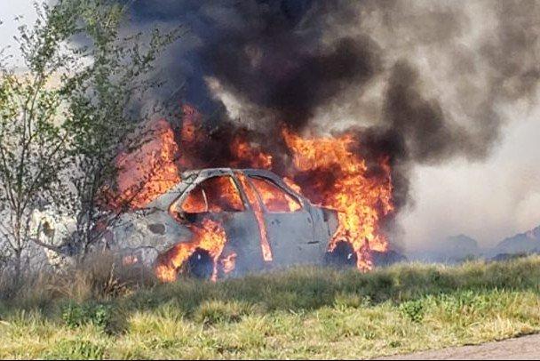 #Región | Volcó y se prendió fuego el auto