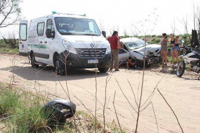 #GeneralPico | Importante choque entre un auto y una moto camino a la laguna
